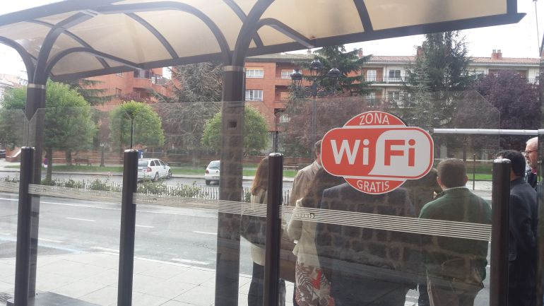 Indicativo de conexión wifi en la marquesina de la Plaza de Santa Ana