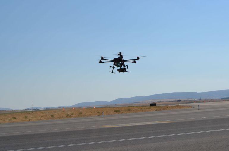 Un dron calibrando el sistema PAPI, Precision Approach Path Indicator