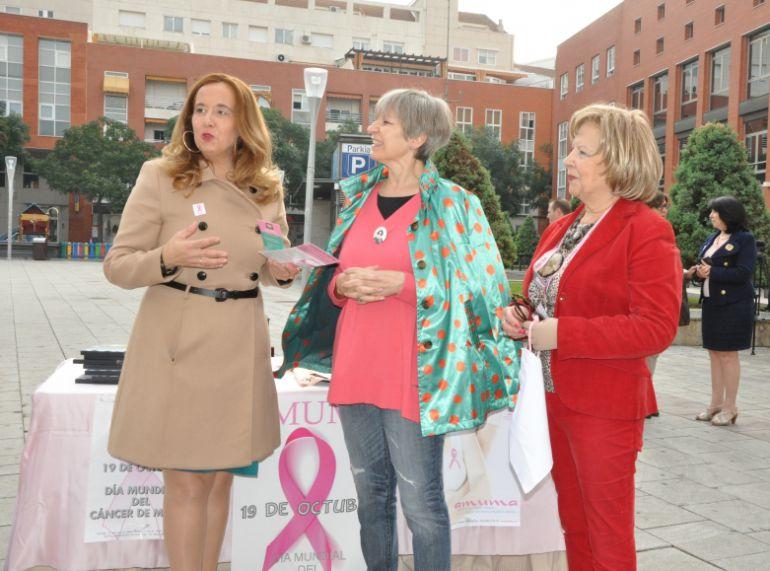 Jacinta Monroy, vicepresidenta de la Diputación en la cuestación que ha realizado la Asociación de Cáncer de Mama y Ginecológico de Castilla La Mancha, AMUMA