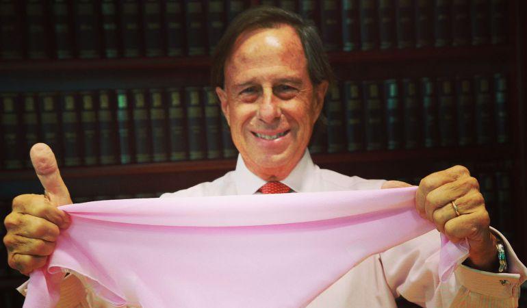 El alcalde de Alcobendas, Ignacio García de Vinuesa, se ha sumado al reto Ausonia Carrefour que donará un minuto de investigación contra el cáncer de mama por cada foto con un pañuelo rosa