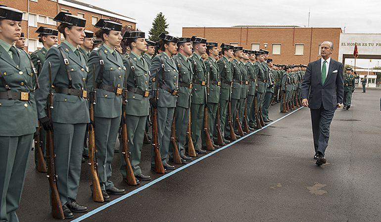 Fernández de Mesa pasó revista en el patio de armas a la formación compuesta por alumnos del Colegio de Guardías Jóvenes 'Duque de Ahumada'