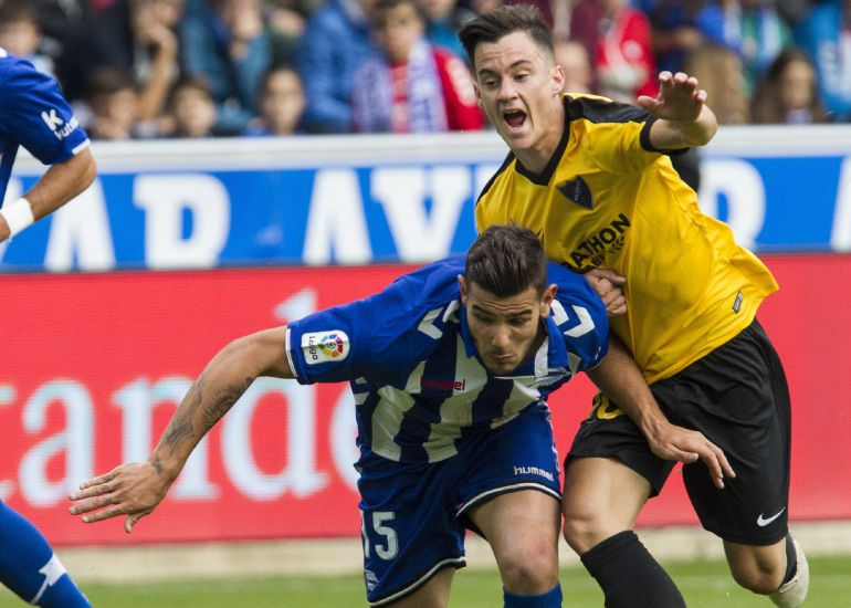 Theo Hernández disputa el balón con el centrocampista venezolano del Málaga 'Juanpi' Añor.