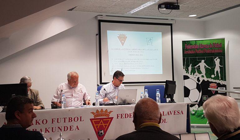 Pedro Solaun, durante la Asamblea General en la que revalidó su cargo como presidente de la Federación Alavesa.