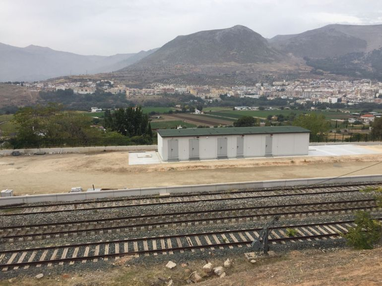Vías del tren en Loja (Granada) sin actividad de obreros
