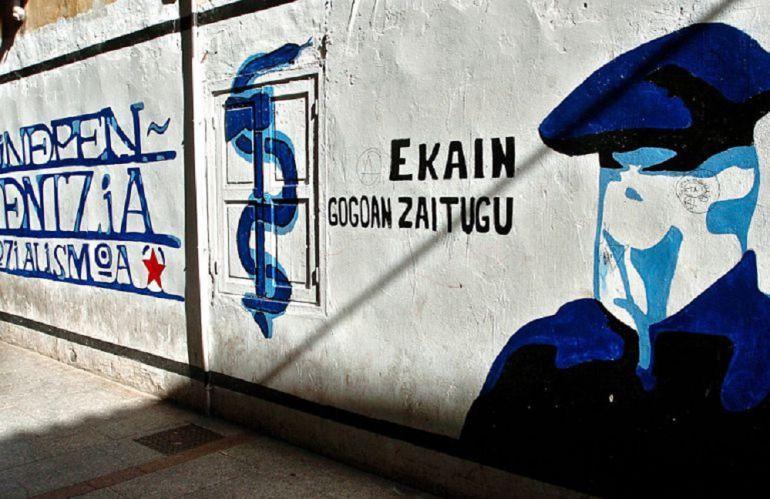 Un mural con un encapuchado y el anagrama de ETA, en una fotografía de archivo