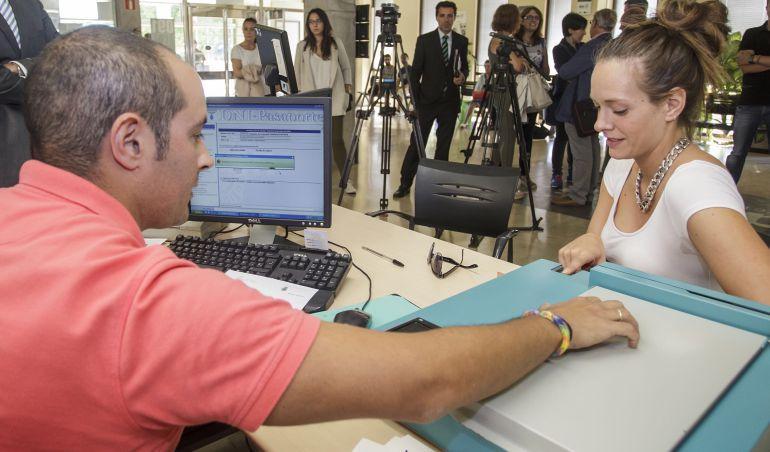 Horas extra para desbloquear las oficinas del dni radio for Oficinas para renovar dni en madrid