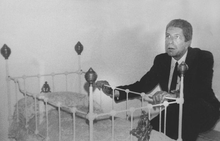 Leonard Cohen ante la cuna donde nació Federico García Lorca, en la casa natal del poeta en Fuente Vaqueros (Granada), que el canadiense visitó en 1986