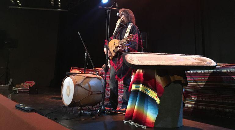 El músico argentino Pablo Nahual en plena audición en Murcia.