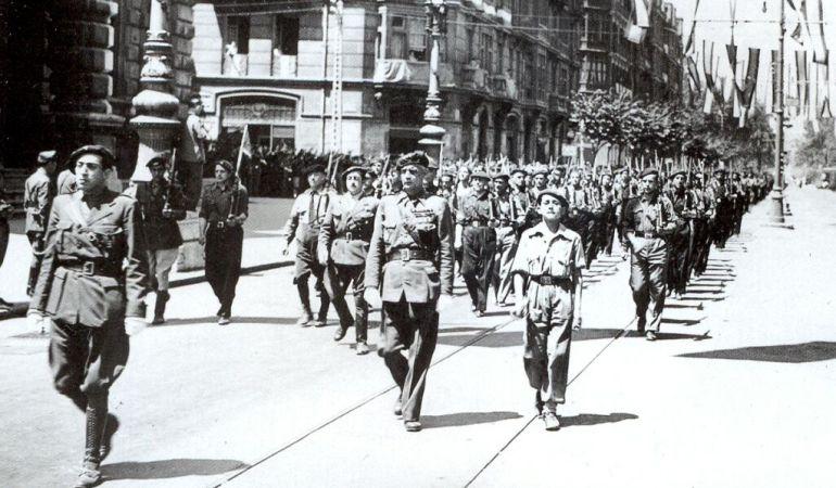 Tropas franquistas desfilando por la Gran Via de Bilbao en 1937