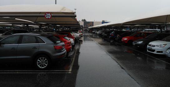 Imagen del aparcamiento del Parque Comercial Abadía de Toledo, lleno desde primera hora de la mañana
