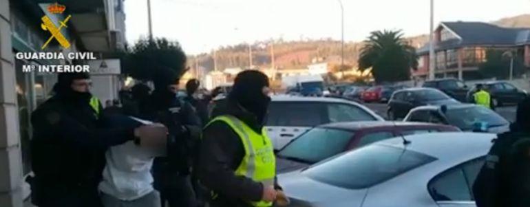 Uno de los detenidos en Galicia, custodiado por la Guardia Civil
