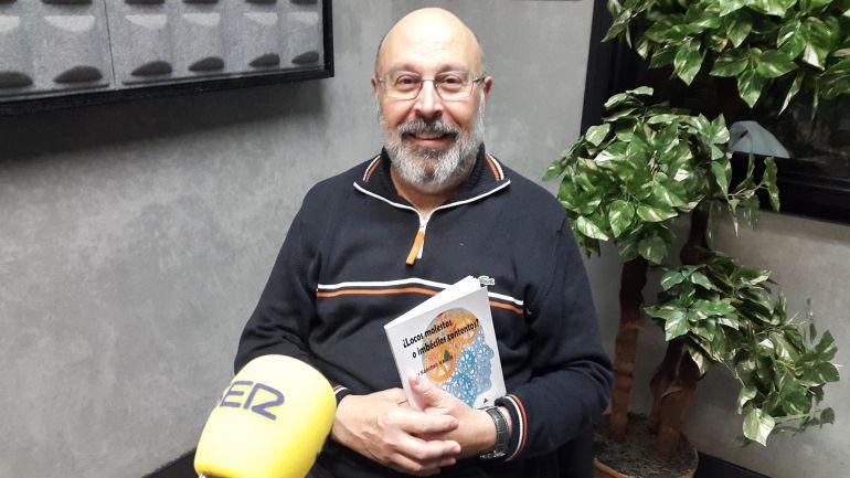 Juan Sánchez Vallejo posa con su nuevo libro