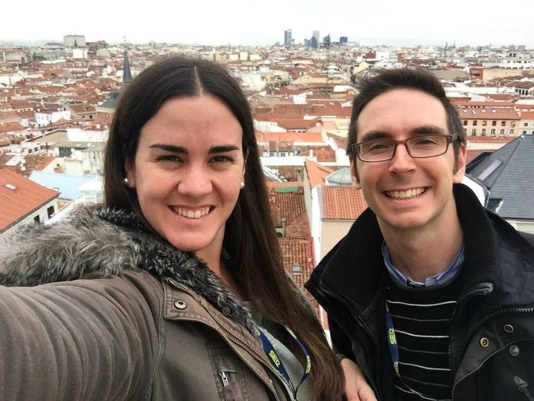 """Elena Ferrandiz y Pedro Estepa, codirectores de Bienvenido Mr. Heston, haciéndose un """"selfie"""" en la terraza de Radio Madrid"""