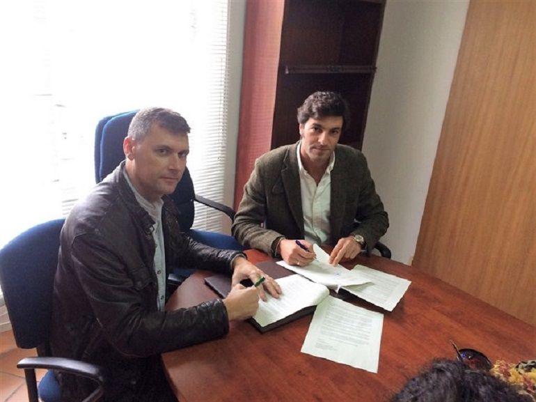 Francisco Gómez, de IU, y Guillermo Ruiz, del PP, en el momento de la firma de la moción de censura contra el alcalde de Jimena.