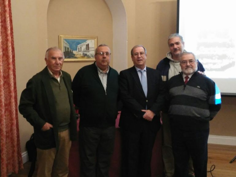 El profesor Pedro Rodríguez Oliva, tercero por la izquierda, junto a miembros del colectivo Memoria de Algeciras.