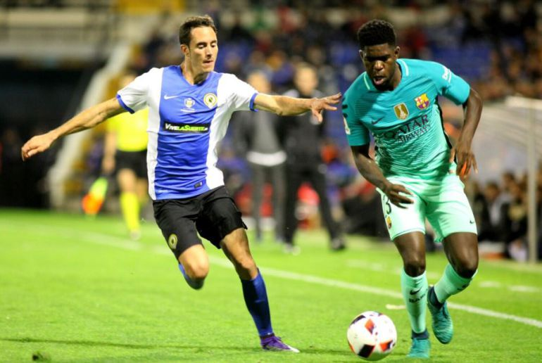 David Mainz intenta frenar al jugador del Barça