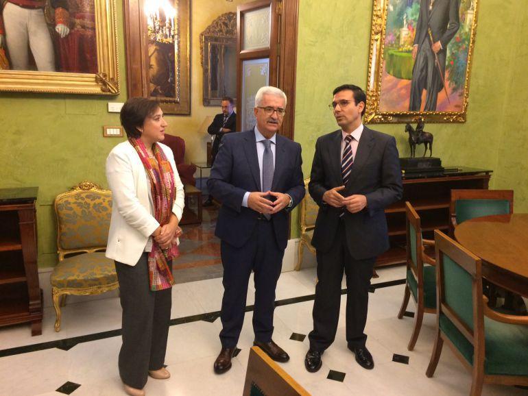 Sandra García, junto a Jiménez Barrios y Paco Cuenca (d).