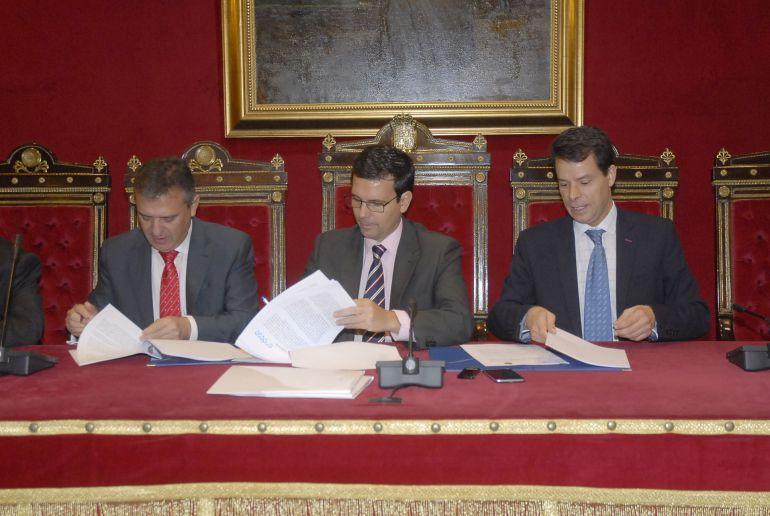 Firma del convenio entre Emasagra y Endesa con el Ayuntamiento de Granada.