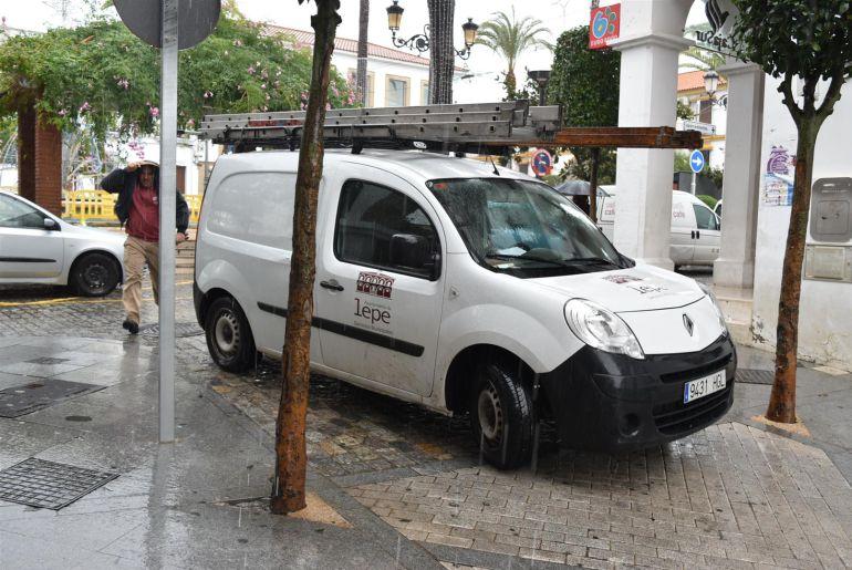 Vehículo del Ayuntamiento en tareas de mantenimiento