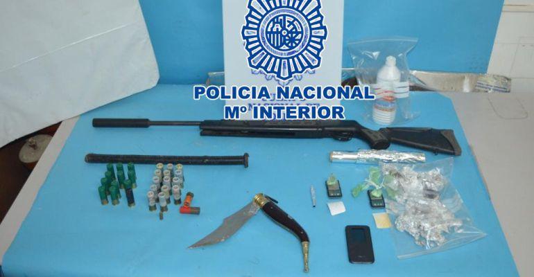 Objetos incautados durante la operación que ha desmantelado un punto de venta de droga en Linares.