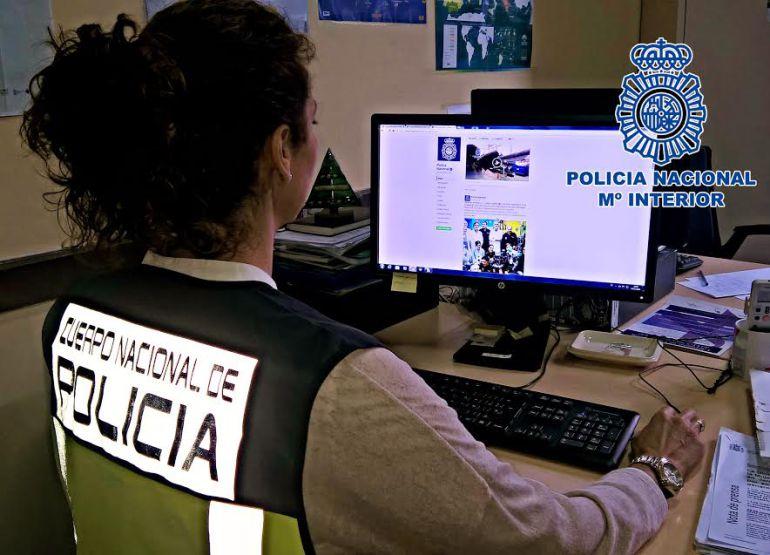 Imagen de un agente de la Policía Nacional durante la operación