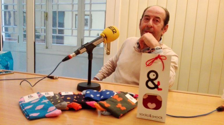 Carlos Jurado, ante algunos modelos de calcetines de diseño Socks & Shock en los estudios de Radio Jerez