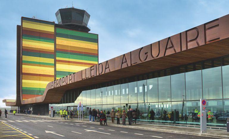 """Una terminal """"aplacada de plaques de metall en ombres de l'oliva, verd i marró"""" en ressenya el diari britànic"""