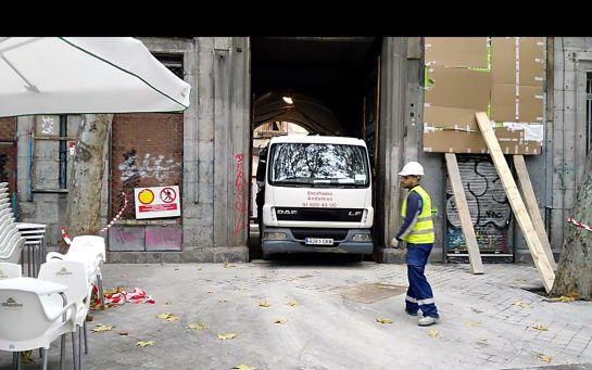 Un camión con remolque sale por la puerta del Palacio de Sueca