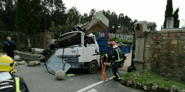 Espectacular accidente en el cementerio de Boiro