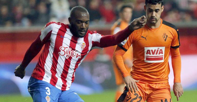 Nano presiona al central del Sporting Babin durante el encuentro de Copa del pasado martes