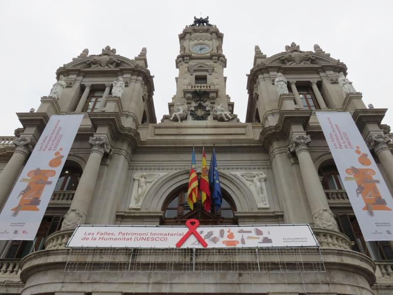Fachada del Ayuntamiento de Valencia con las banderolas que se han instalado tras la declaración de las Fallas como Patrimonio de la Humanidad