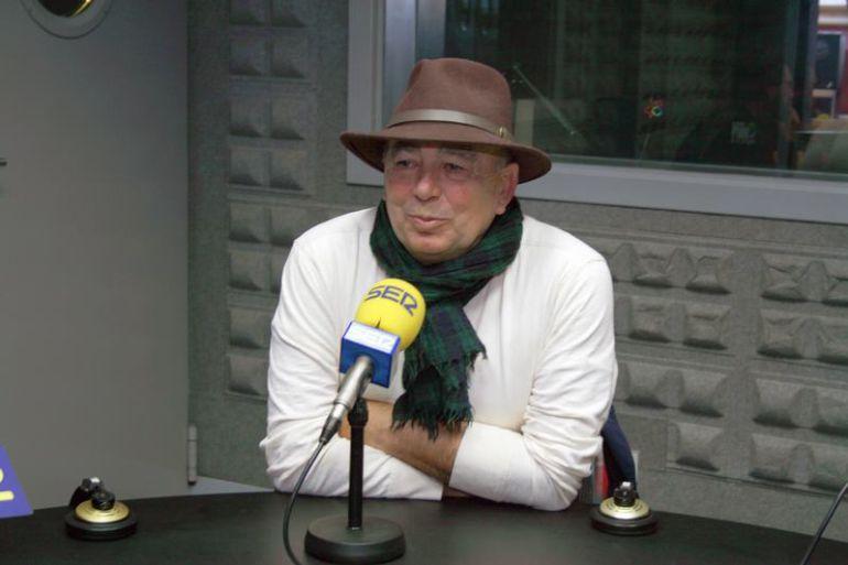 Santiago Formoso en los estudios de Radio Vigo