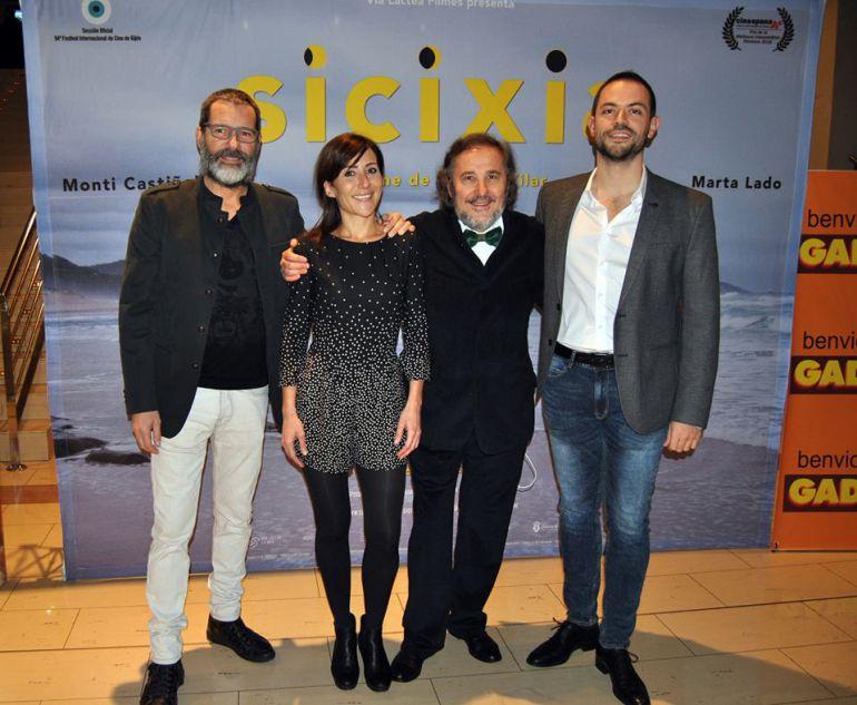 El director Ignacio VIlar posa con los protagonistas Monti Castiñeiras y Marta Lado