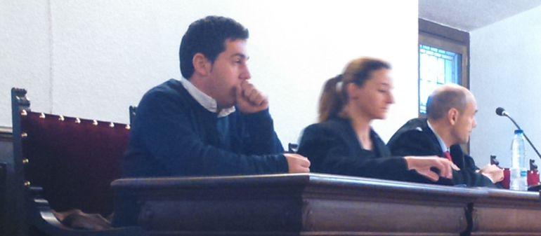 Francisdo Javier García, durante el juicio, junto a sus dos abogados defensores