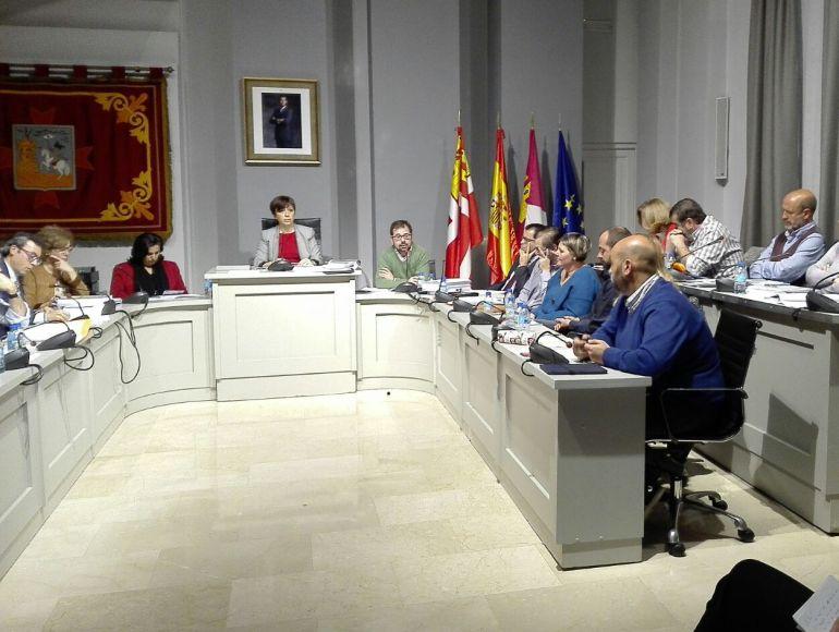 El voto de calidad de la alcaldesa sirvió al PSOE
