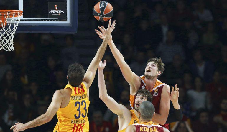 Tibor Pleiss pelea por un rebote con Tomic y Perperoglou en la victoria del Galatasaray contra el Barça de la semana pasada.