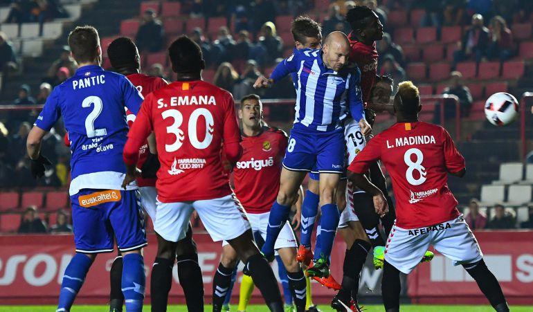 Toquero se eleva para rematar el córner que supuso el 0-1 ante el Nástic de Tarragona.