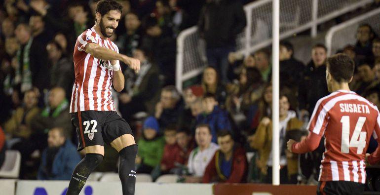 El jugador del Athletic de Bilbao Raúl García (i) celebra tras marcar el segundo gol ante el Racing de Santander, durante el partido de ida de los dieciseisavos de final de la Copa del Rey disputado esta noche en los Campos de Sport del Sardinero
