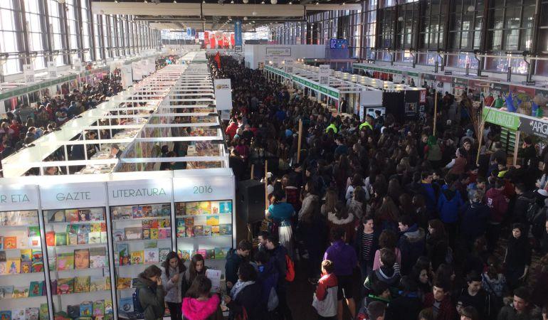 Miles de escolares abarrotan en su apertura la 51 Durango Azoka
