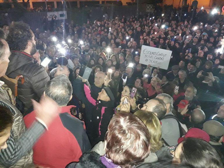 Miles de personas reciben al doctor Candel con vítores tras la reunión mantenida por representantes de las plataformas contra la fusión hospitalaria de Granada con el consejero de Salud, Aquilino Alonso