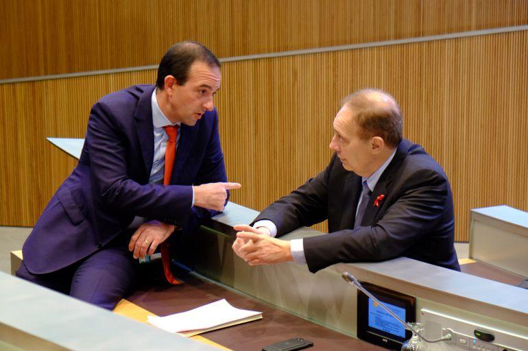 El ministre d'Ordenament Territorial, Jordi Torres, i el president del grup liberal, Josep Pintat.