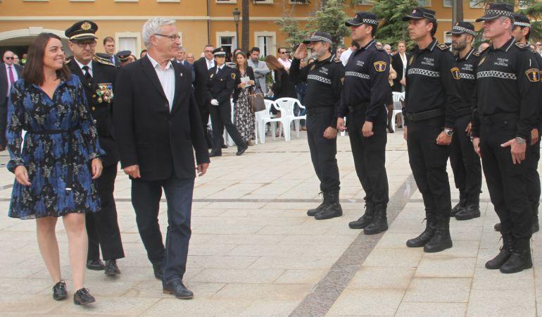 José Vicente Herrera pasa revista junto a la concejal Menguzzato y el alcalde Ribó en la fiesta del día de la Policía Local