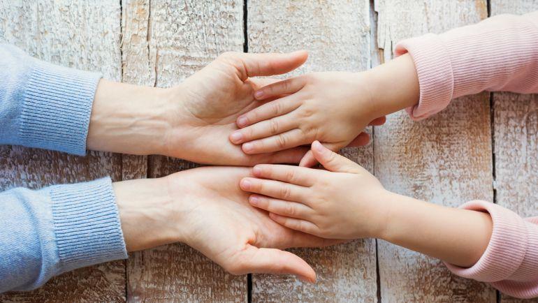 Miden las manos y pies de niños para adaptar los productos infantiles