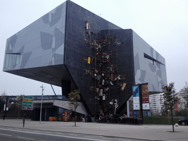 La instalación de Basurama, en la fachada del Caixa Forum