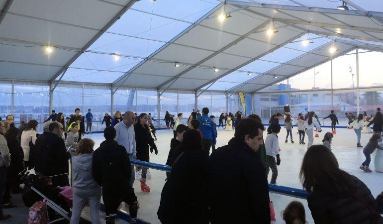 La pista de hielo se ha consolidado como una de las citas imprescindibles en las fiestas navideñas y estará en la terraza del Centro Comercial La Viña