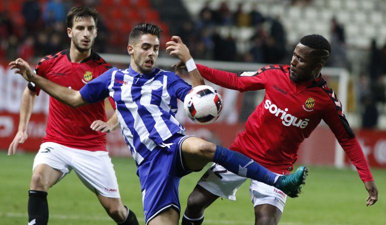Kakabadze i Jean Luc disputen una pilota amb un jugador de l'Alavés.