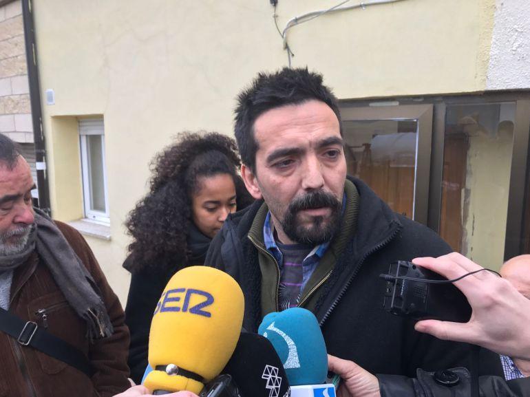 Un miembro de la familia Manzanares atiende a la prensa