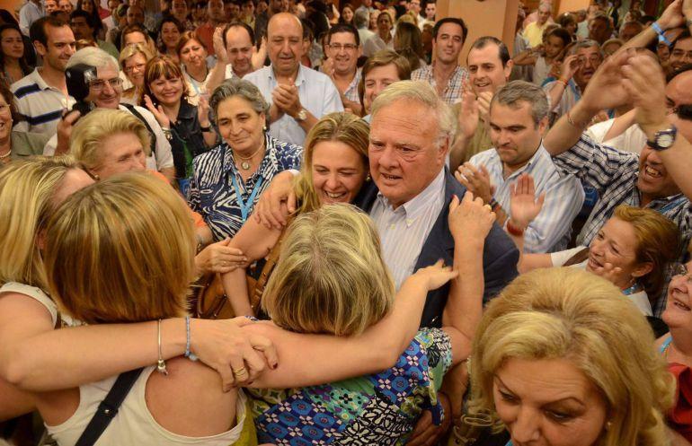 Celdrán recibe el abrazo de sus hijas y su mujer el día que ganó las elecciones del 2011.