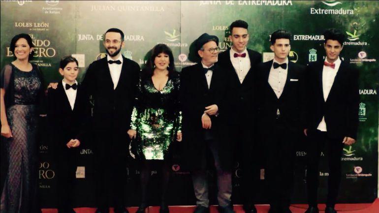 """El equipo de """"El Mundo Entero"""", con Loles León en el centro de la imagen, en la gala de estreno de la película en Badajoz."""