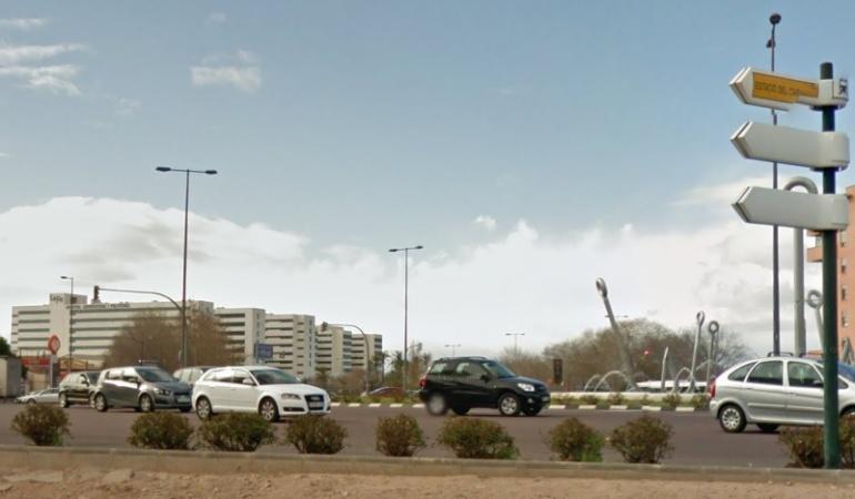 Vista del tráfico en la rotonda de los Anzuelos con el Hospital La Fe al fondo en el barrio de Malilla